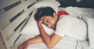Homme se réveillant dans son lit